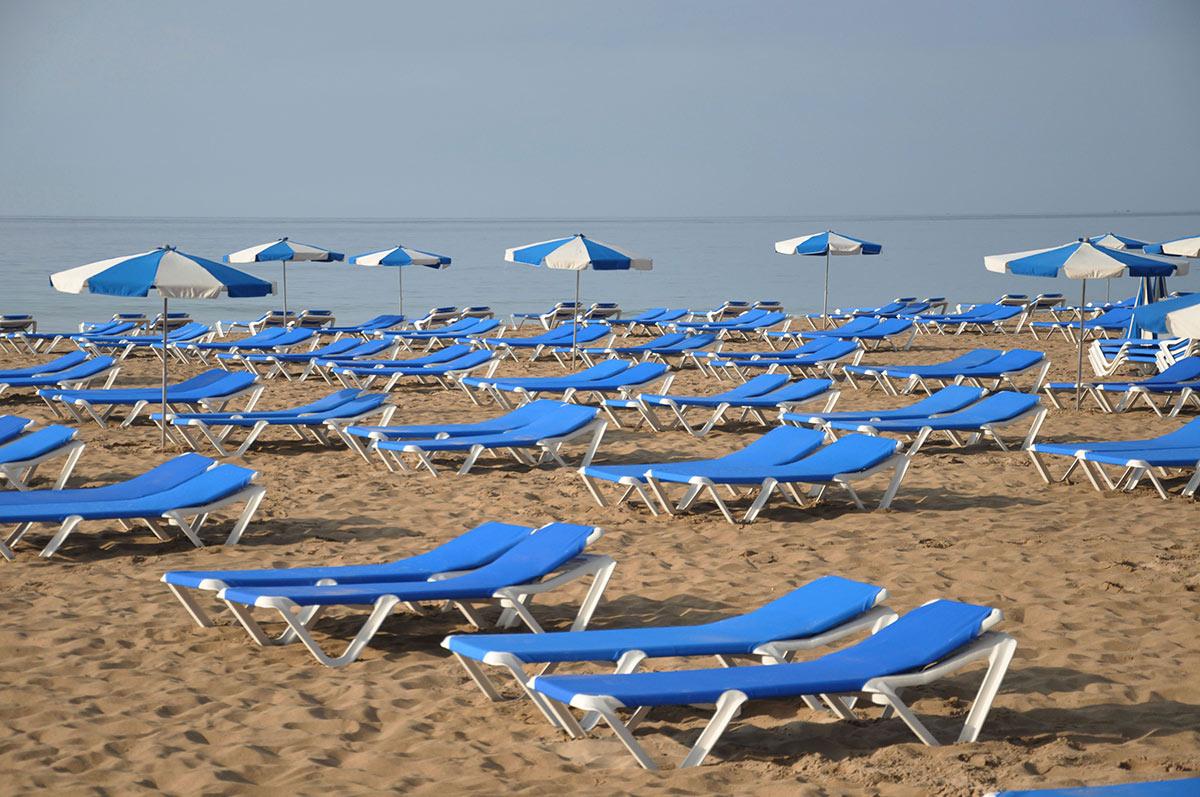 Лежаки на пляже Бенидорма
