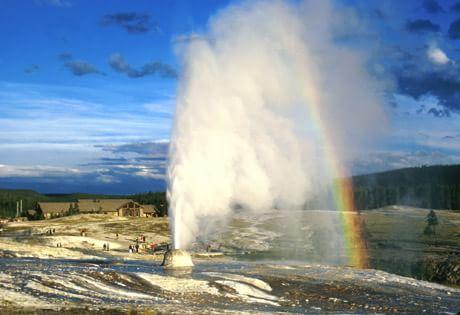Гейзер с радугой в Исландии