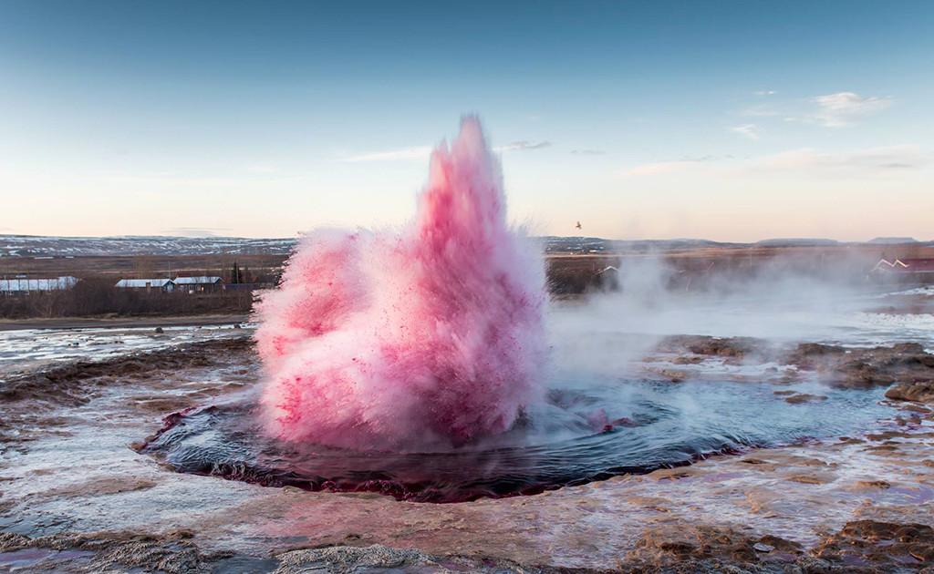 Гейзер розового цвета в Исландии