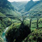 Каньон с мостом в Черногории