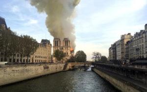 фото пожар в соборе парижской богоматери
