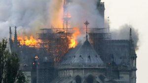 Фотография пожара в соборе парижской богоматери