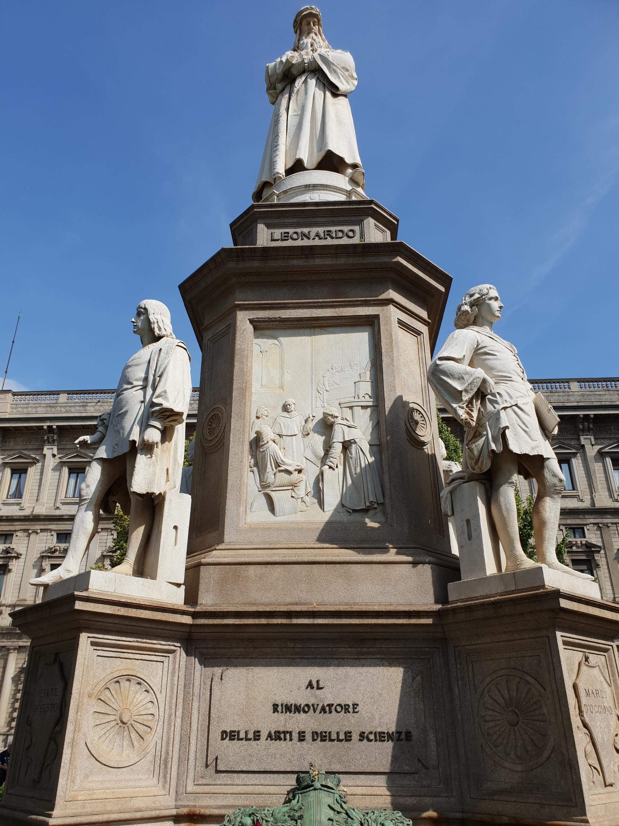 Памятник Леонардо в Милане